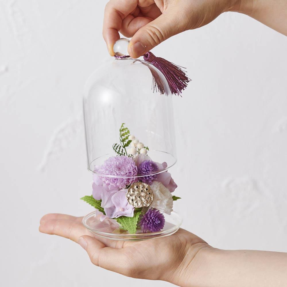 ガラスドームミニ仏花プリザーブドお線香付 ガラスドームなので、繊細な花びらにつくホコリを気にすることなく、お手入れも簡単です。水やりも不要。
