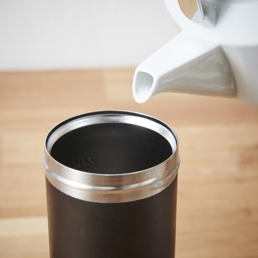 ウルトラライトコーヒープレスボトル 本体内側の「MAX」の線までお湯を注ぎ、かき混ぜます。