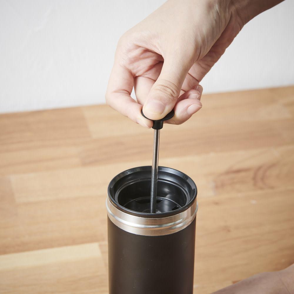 ウルトラライトコーヒープレスボトル 4分間抽出し、本体をしっかり握り、ツマミに少しずつ力をかけ、ゆっくりとフィルターを押し下げます。
