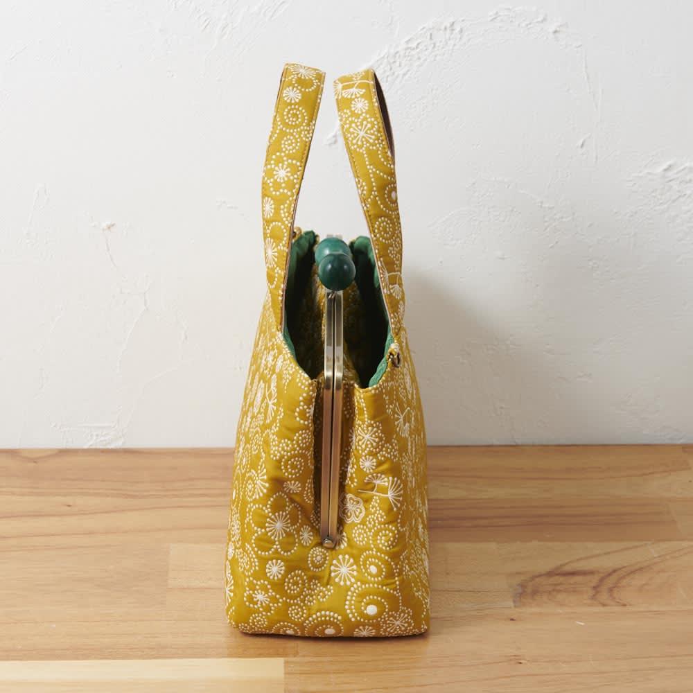 くろちく ふくれ織仕切がま口バック 荷物がたっぷり入るマチ付きで、自立します。