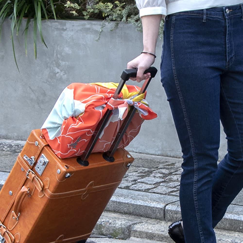 はっ水風呂敷 京都ふろしき専門店「むす美」 (ア)ボタン バッグにしのばせておき、旅行中に荷物が増えた時にも活躍します。