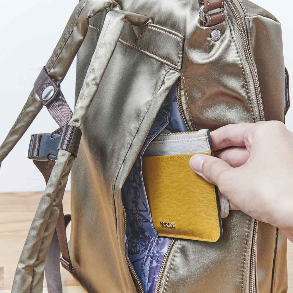 ハーブはっ水軽量リュック 背面ポケットの中にはさらにオープンポケットが。