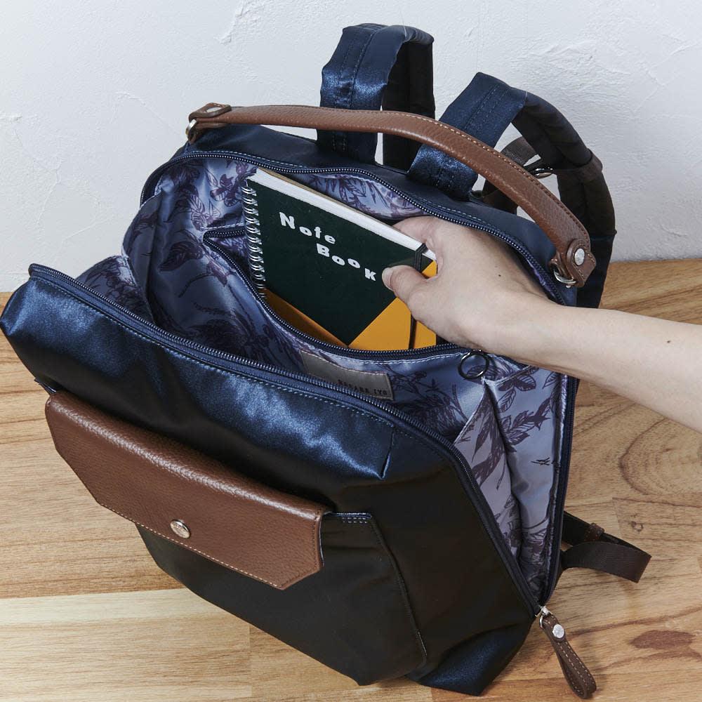 ハーブはっ水軽量リュック 手帳やタブレットがすっぽり入るファスナー式ポケット。