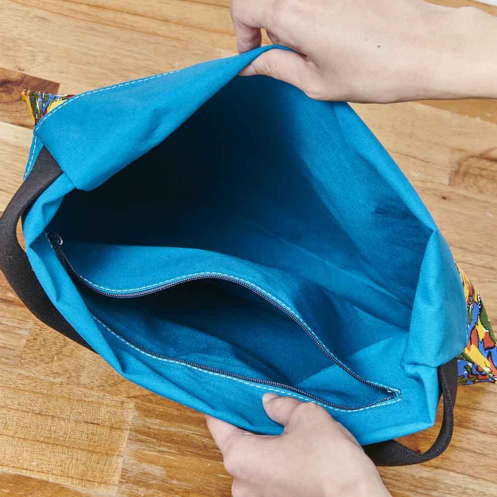 ウーゴ プリントバッグ ブルー 内ポケット付き。 ※外側の柄はお届けの商品とは異なります。