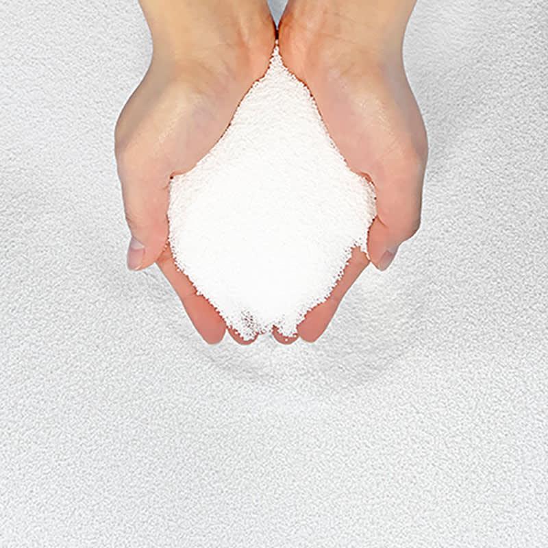 キュビーズクッション レグぽかミニ フィットする秘密は、中に入ったパウダーのような微細劉ビーズ。クッションまるごと手洗いもできます。