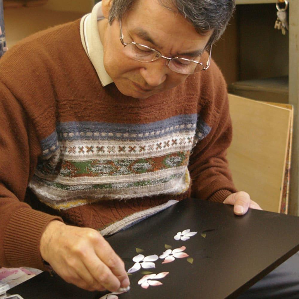 漆器ミニ仏壇 鉄仙 小 【橋本達之助工芸】伝統の技と美しさを受け継ぎながら、新しい漆工芸を目指し、暮らしの小物からお仏壇まで、生活に密着した様々な製品を個性豊かに制作しています。
