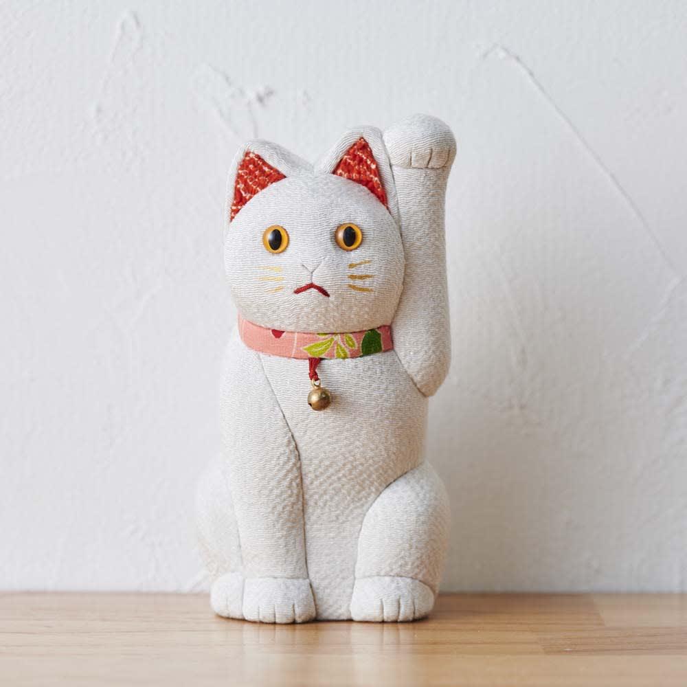 くろちく 古布木目込人形 招き猫 (ウ)白 全般的な開運招福、あらゆる場面で福を呼ぶといわれています。