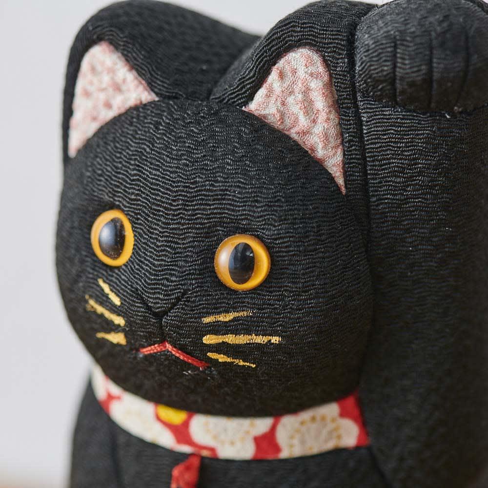 くろちく 古布木目込人形 招き猫 (イ)黒 顔アップ。※古布部分は1点1点色柄が異なります。
