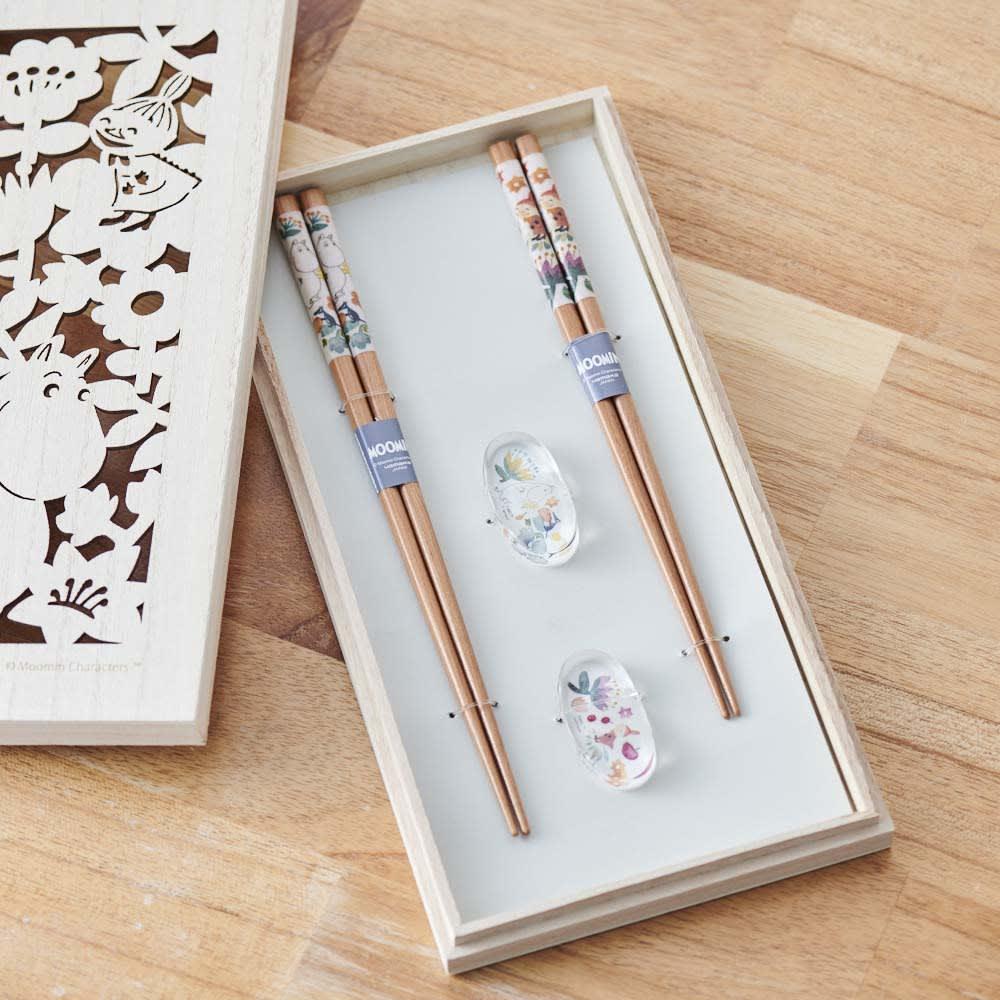 ムーミン 木箱入りペア箸セット 木箱の中に、箸と箸置きがセットされています。