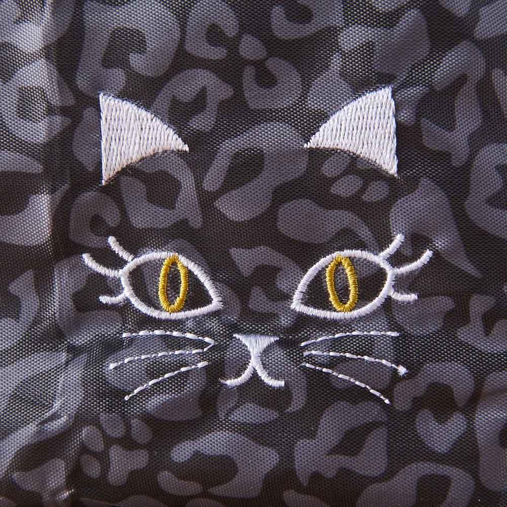 小悪魔Cat エコバッグ&オベントーバッグセット オベントーバッグ刺繍アップ。ヒョウ柄に交じって猫の足跡が描かれています。
