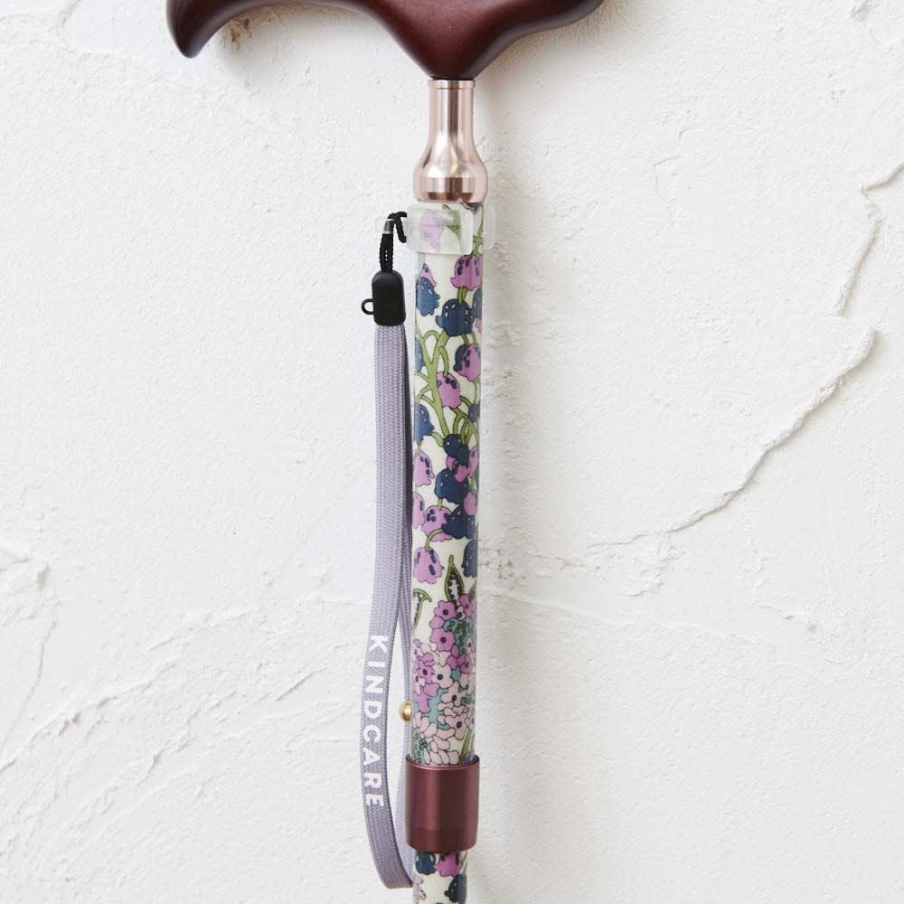 リバティプリント 日本製 握りやすい簡単折りたたみスリムステッキ ストラップ付。杖が手から離れるのを防止します。