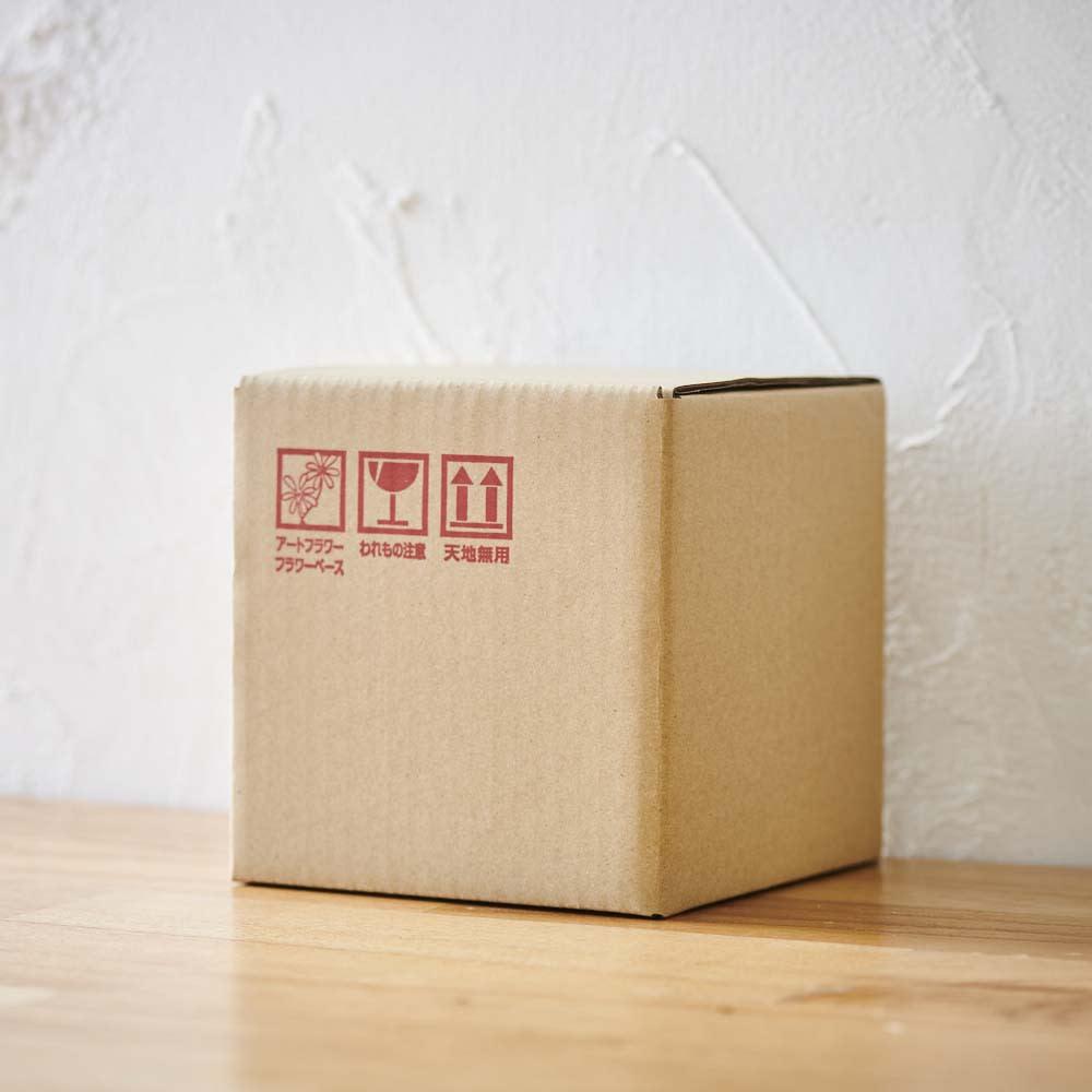 胡蝶蘭マジックウォーターミニ供花 茶箱で丁寧に梱包してお届けします。※箱サイズは画像と異なります
