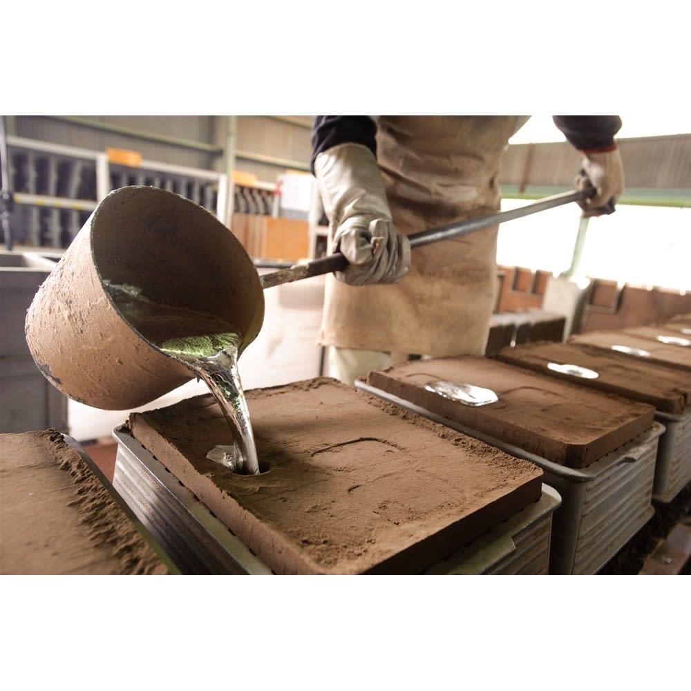 ミニ仏像 薬師如来座像 四百年の歴史を育んできた銅器産業の町「高岡」で、伝統工芸を受け継ぐ職人たちの手により、丹精込めて作られています。
