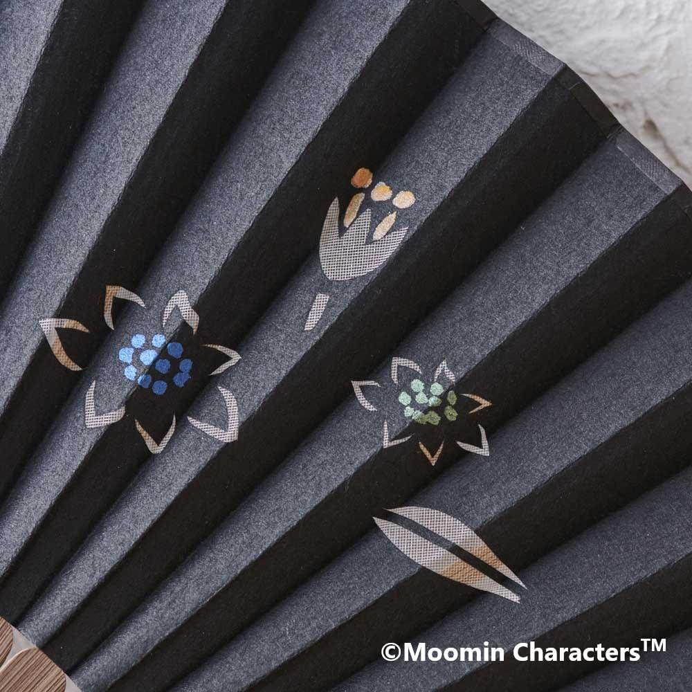ムーミン切り絵京扇子 (ア)ムーミンと仲間たち 切り絵、絵付けはすべて手作業で行われています。