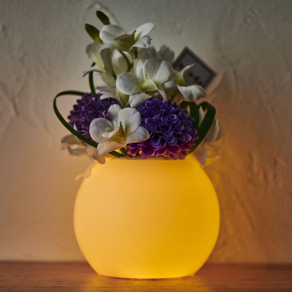灯る仏花(R) タイマーライト付き ※置く場所の暗さにより点灯時の色味・見え方は異なります。