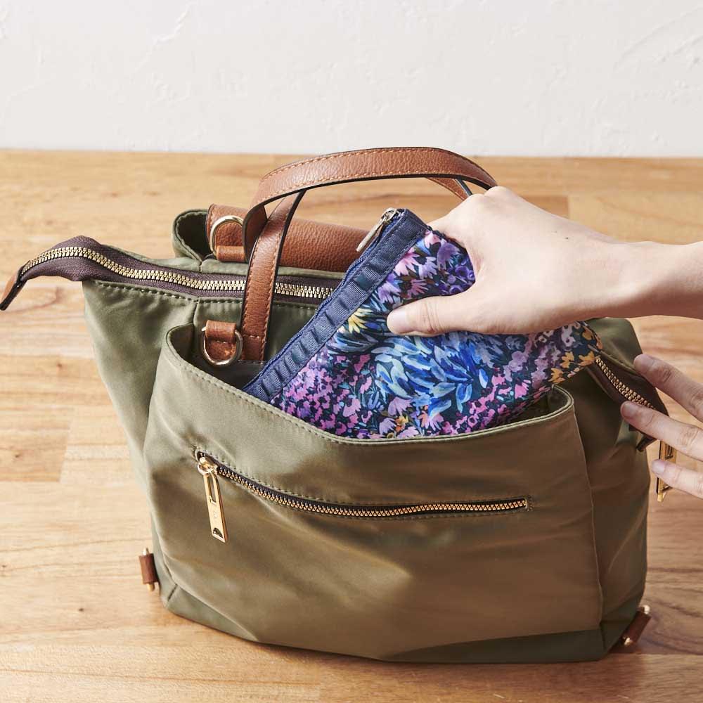 軽量はっ水 3WAYリュック 背中側に、頻繁に出し入れするポーチなどを収納しやすいポケット付き