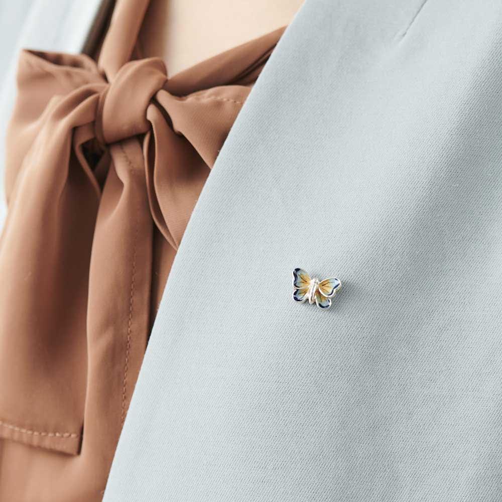サツルノ SVピンブローチ 蝶 着用例。