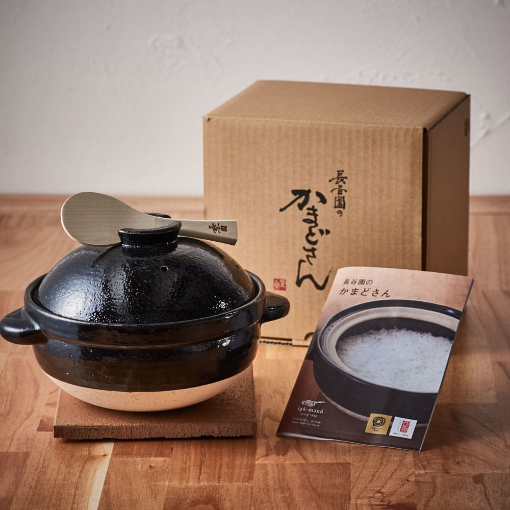 火加減いらずの長谷園かまどさん 2合炊き 土鍋、しゃもじ、陶敷板、かまどさんレシピの4点セット。