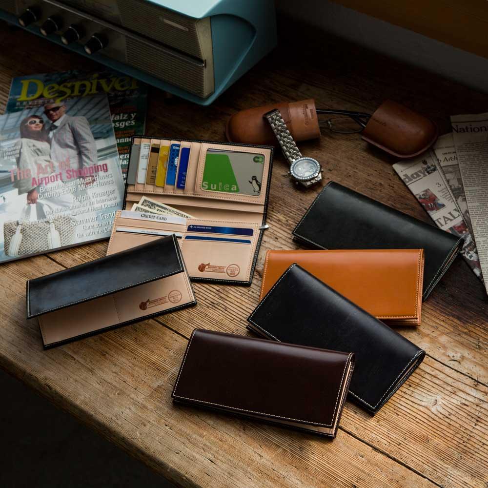 ブライドルレザー長財布 左(ア)ブラック 右手前から(イ)バーガンディ[こげ茶]、(ウ)ネイビー、(エ)ブラウン[キャメル色]、(オ)グリーン。※ネイビーは、ブラックに近い暗めの色味です。