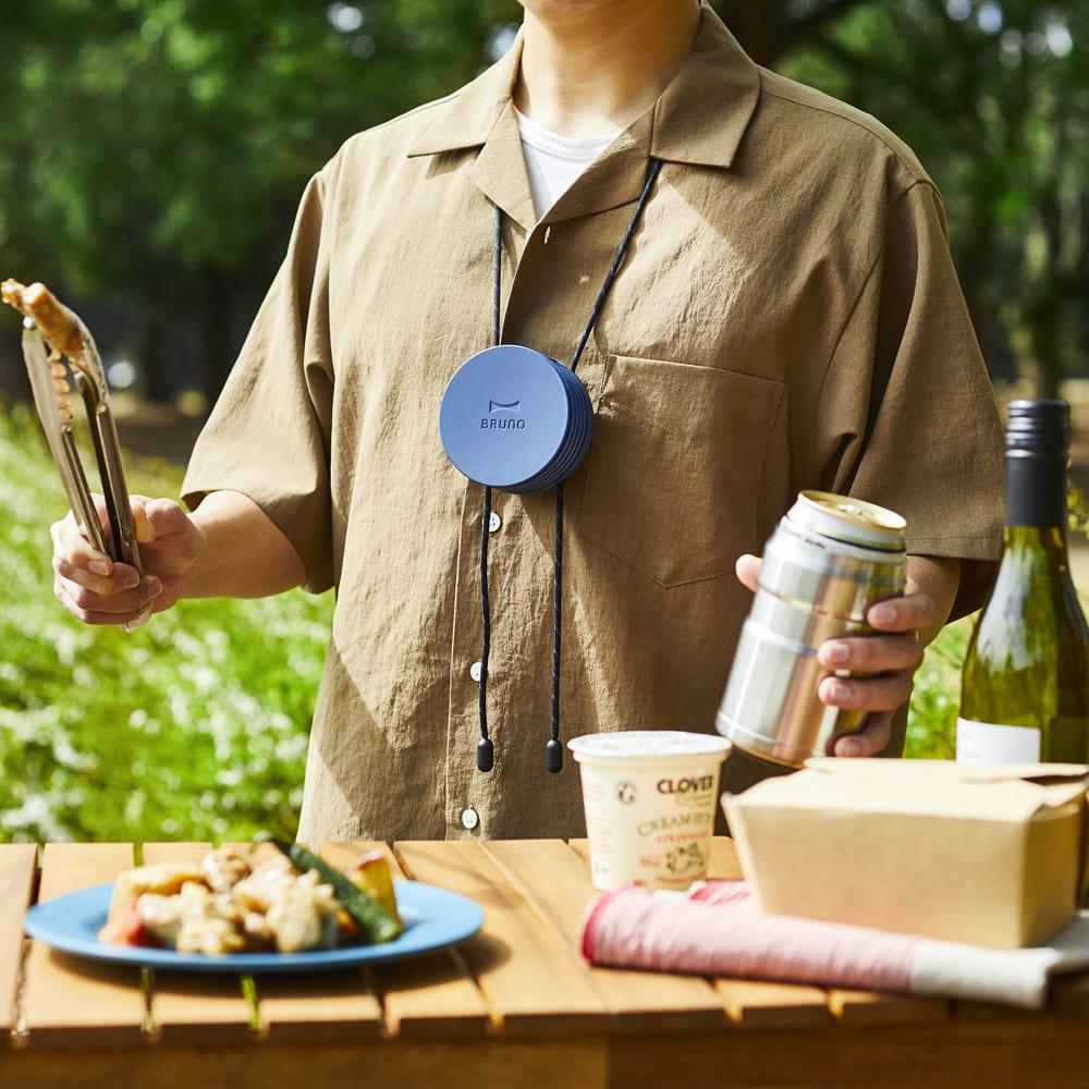 首掛け携帯用扇風機 BRUNO/ブルーノ ウェアラブルファン (ウ)ネイビー 屋外での作業時やイベント、お庭でのBBQ、キッチンで料理を作る時など様々なシーンで活躍。