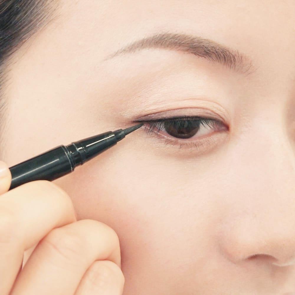 かづきれいこ リキッドアイライナーEX (ア)ブラック ハリ不足の大人のまぶたにも、漆黒ラインがすっきり描ける筆ペンタイプ。