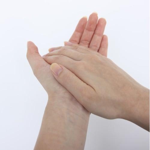 かづきれいこ スマートクリアベース 15g 左右の手のひらをしっかり密着させて、なじませる。