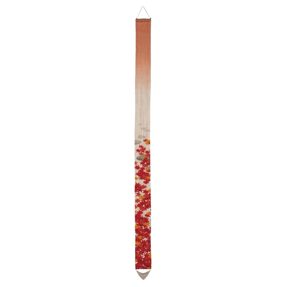 京都洛柿庵細タペストリー 秋 ※2点以上%オフ (イ)紅葉狩り 紅葉狩りを楽しむ秋の小径を表現しました。幾重にも重なり落ちる真っ赤な紅葉と、ぼかし染めで見せる秋の空気感。華やかながらも風情を感じる一枚です。