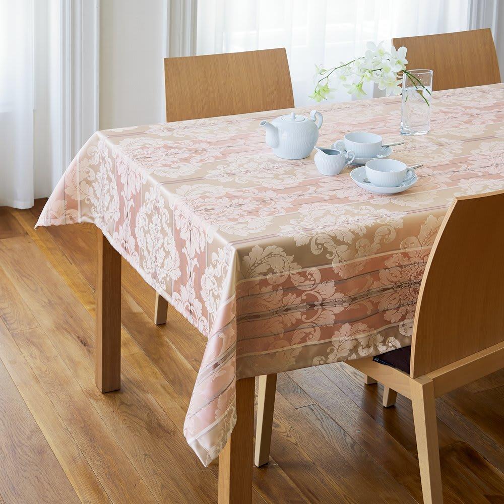 撥水加工 ジャカード織のクロスシリーズ テーブルクロス [コーディネート例] 130×240cmタイプ (ア)ピンク系 ※写真のテーブルサイズは幅150・奥行78・高さ72cmです。