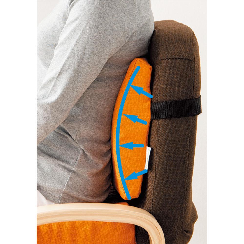 【椅子背面用クッション】ランバーサポート 使用イメージ(イ)れんが 背骨・腰をサポートし、負担を軽減!
