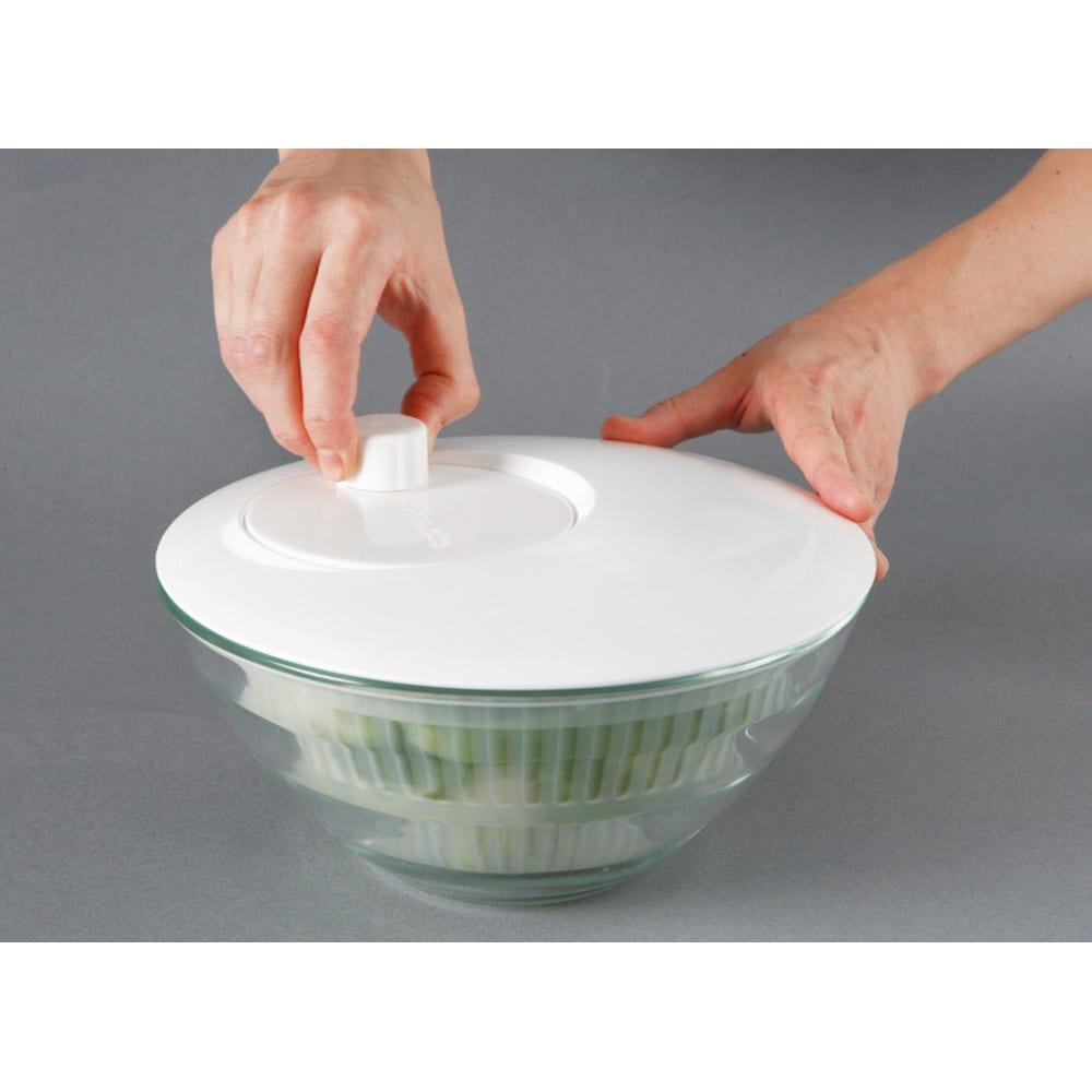 オールラウンド ボウルズ ガラスボウルに付属の部品(スピナーベース)をセットすればサラダスピナーに変身!ガラスボウルはそのまま食卓へ。