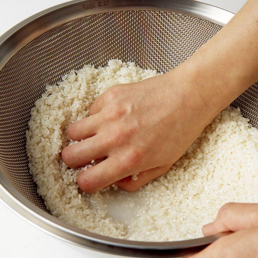 オールラウンド ボウルズ 米とぎにも・・しっかりとげて、水切りもざるごとできるから簡単。ざるのくぼみのおかげで、米を研いだあと、30分水あげしても、ボウルにたまる水が米につくことがありません。