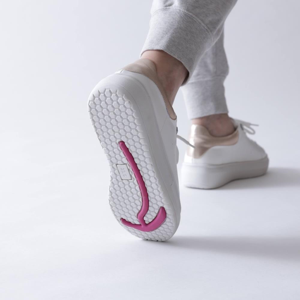 骨盤・骨格から考えたシューズ BISOK(ビソック)ビューティー 秘密は、靴底の「矢印型の特殊ソール」