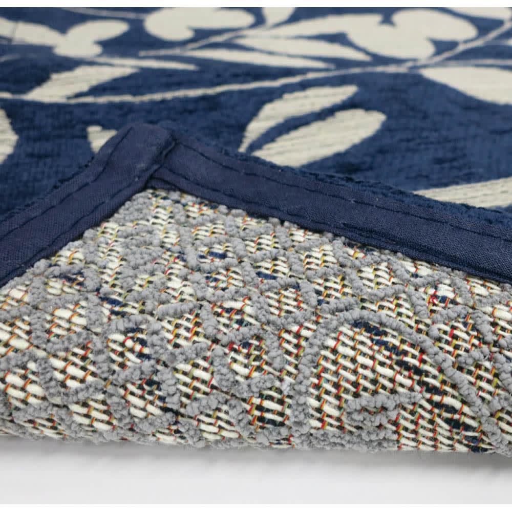 イタリア製ジャカード織ラグ〈モサイコ〉 裏面には滑りにくい加工が施してあります。