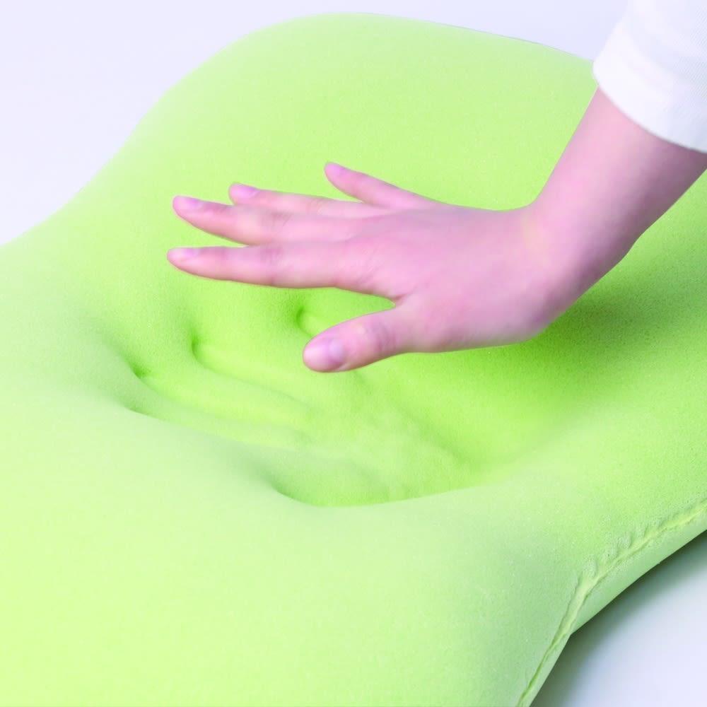 エネタンピローガーゼフェミニン(枕カバー・プレゼント付き) 使われる方の頭部と頸部を包み込むように形が変化し、リラックスした状態を作り出します。