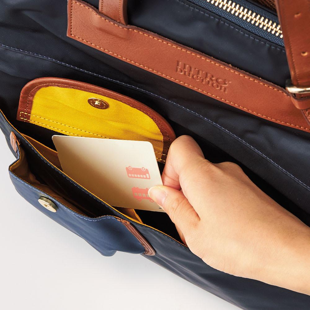 こだわりいっぱいの2WAY快適リュック 取り出しやすいオープンポケット。外側の小ポケットの裏にも収納があり、1つのフラップで一度に3つのポケットが留められます。