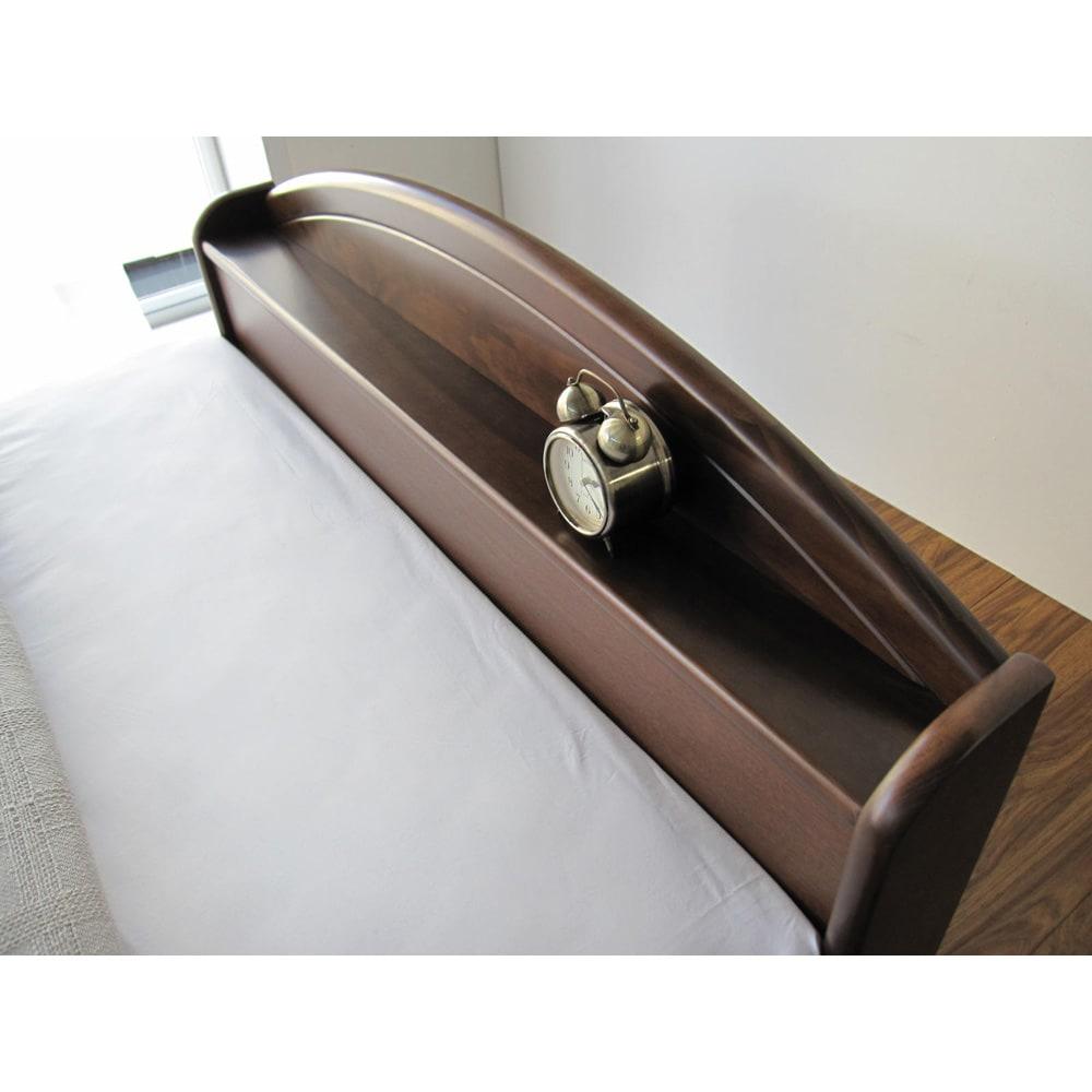 フランスベッド 天然木棚付き引き出しベッド マルチラススーパースプリングマットレス付き ヘッドボードの棚には時計や携帯電話を置くのに便利。