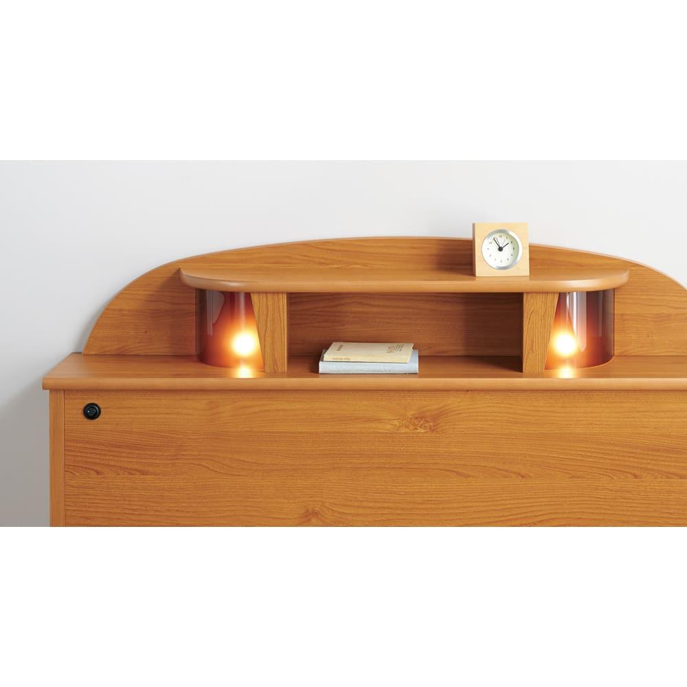 フランスベッド 棚・照明付ベッド 羊毛入りマルチラススーパースプリングマットレス付き ヘッドボードはスマホや本が置ける棚付き。就寝前のリラックスタイムをほのかに照らす暖色ライト2灯付き。