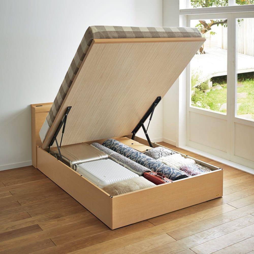 FranceBed(フランスベッド) 棚照明付き跳ね上げベッド 縦開きタイプ ナチュラル 収納内部の深さは28cm。内部の底板は化粧仕上げです。ガス圧シリンダーを囲み、収納物の挟み込みを防止します。