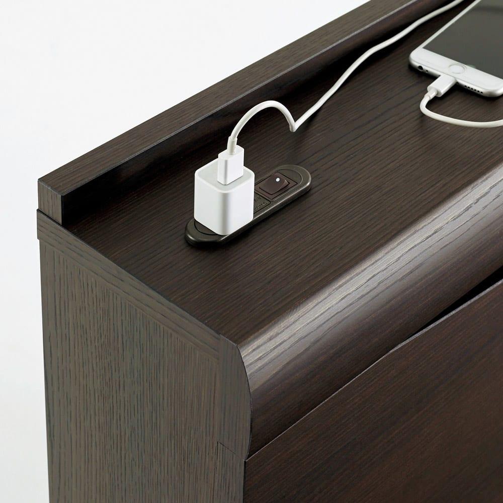 FranceBed(フランスベッド) 棚照明付き跳ね上げベッド 横開きタイプ ヘッドボードにはコンセントがあり、充電器などを使うのに便利です。