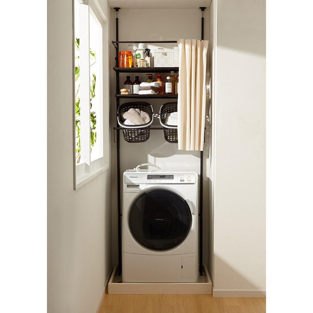 防水パンにおさまる。省スペース洗濯機ラック 標準タイプ・棚2段バスケット2個・カーテン付き (イ)ダークブラウン (カーテンを開けた状態)