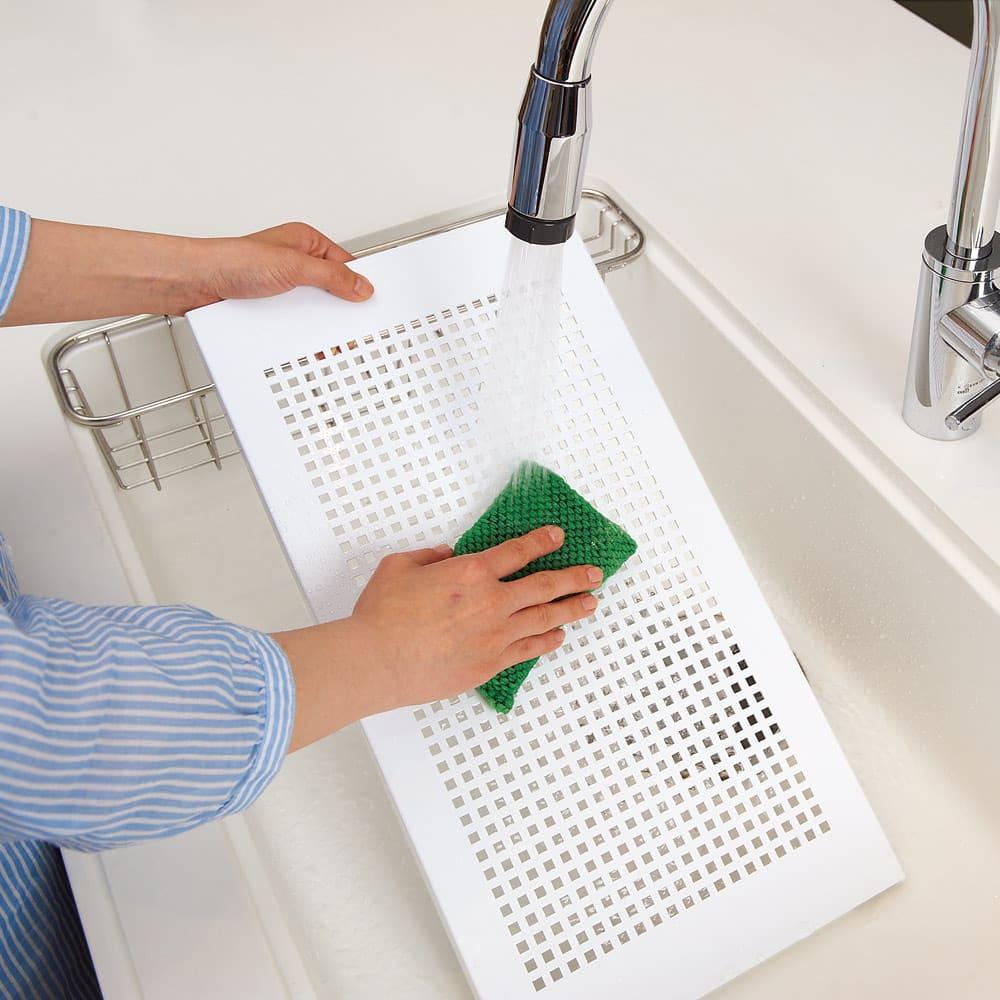 洗濯機パンに収まる 段差対応ランドリーラック 棚1段・バスケット4個 棚板は汚れてもお手入れがラクな樹脂製です。水周りでも安心してお使いいただけます。