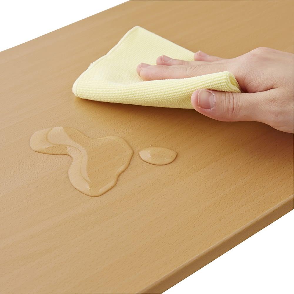北欧テイストランドリーラック 棚3段 木製の棚板の表面材は汚れや水に強いPVCを使用しています。