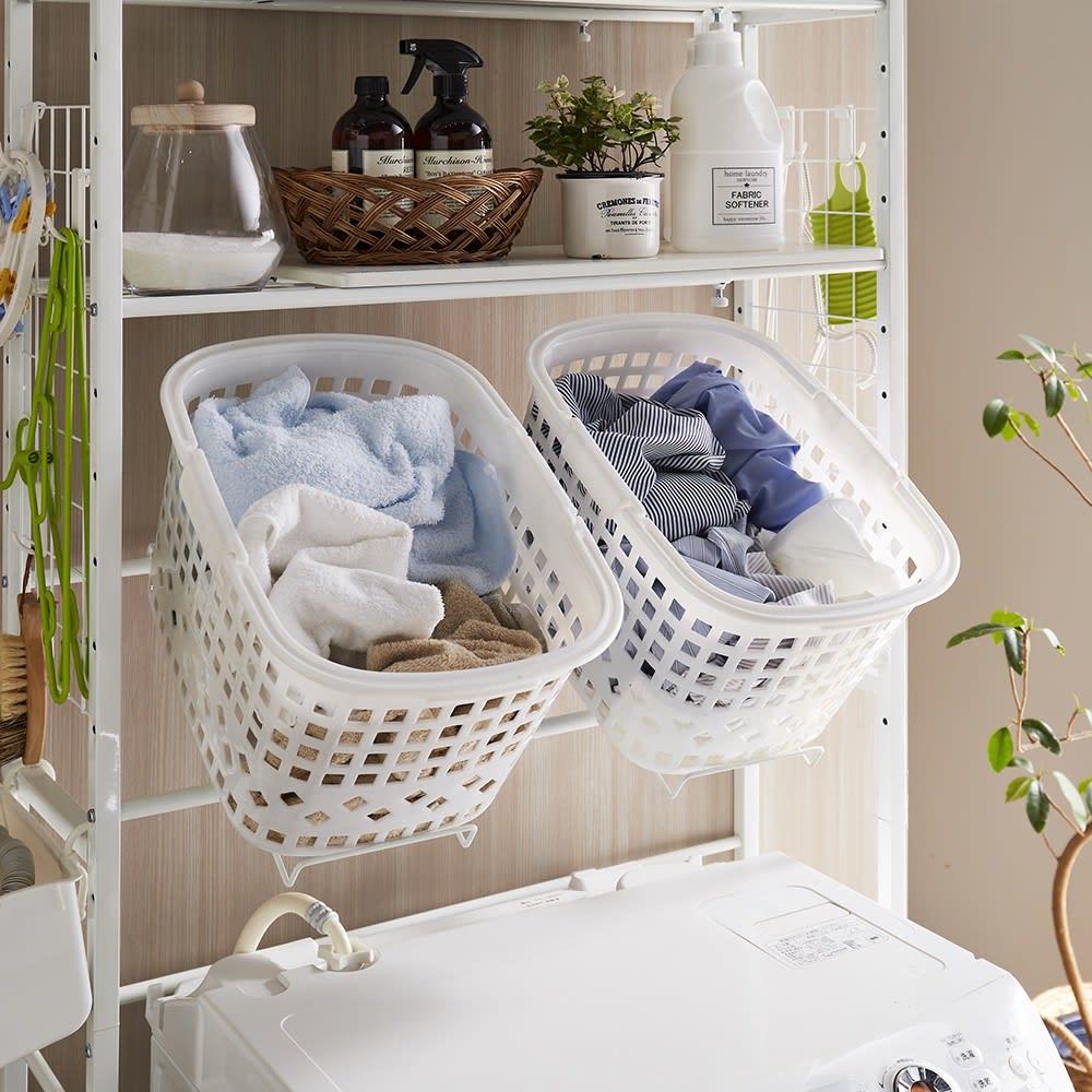 北欧テイスト ランドリーラック 棚2バスケット2個 (ア)ホワイト 洗濯バスケットは写真のように取り出しやすい斜め置きに設定できます。(フラットな平置きにも可能です)