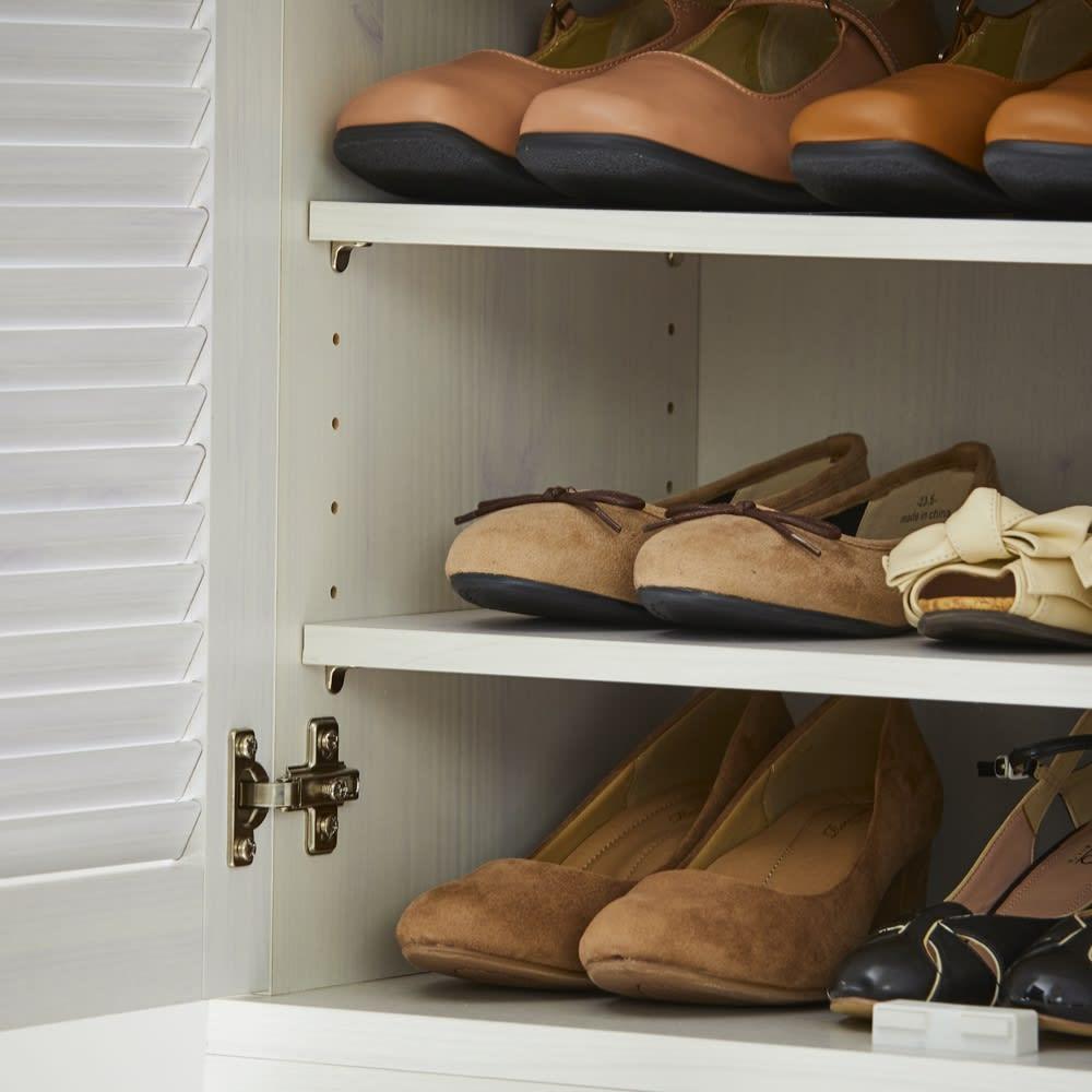 省スペースで快適なルーバー扉シューズボックス(幅60、高さ180cm) 棚の有効内寸は31.5cm。メンズシューズやスニーカーも収納可能。