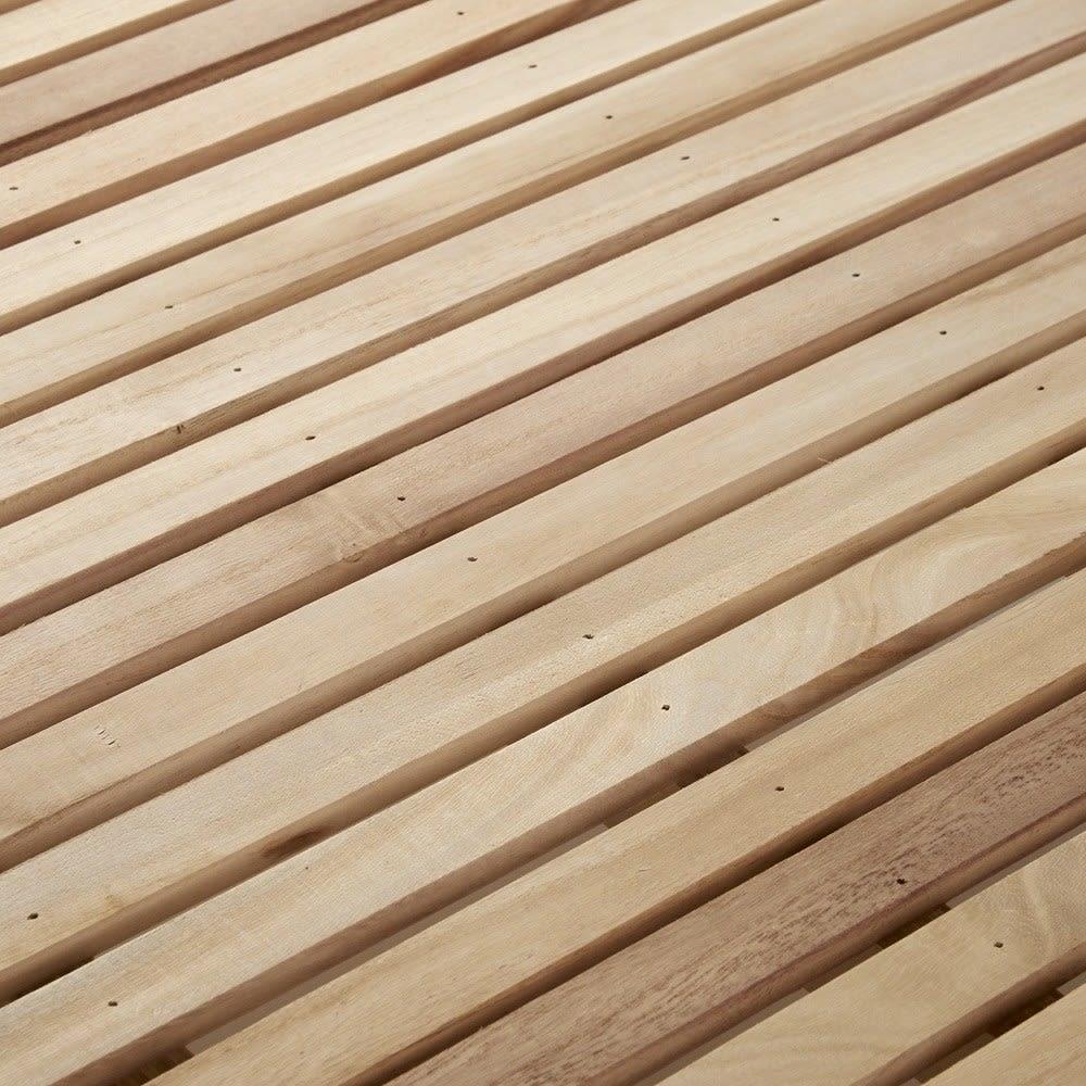 角あたりのない細すのこヘッドレスベッドフレーム・シングル すのこの板1枚1枚が細く、板の間隔が密になるため、薄めの布団を敷いても凹凸を感じにくいのが魅力です。通気性にも優れているので、ムレの心配もなく快適です。