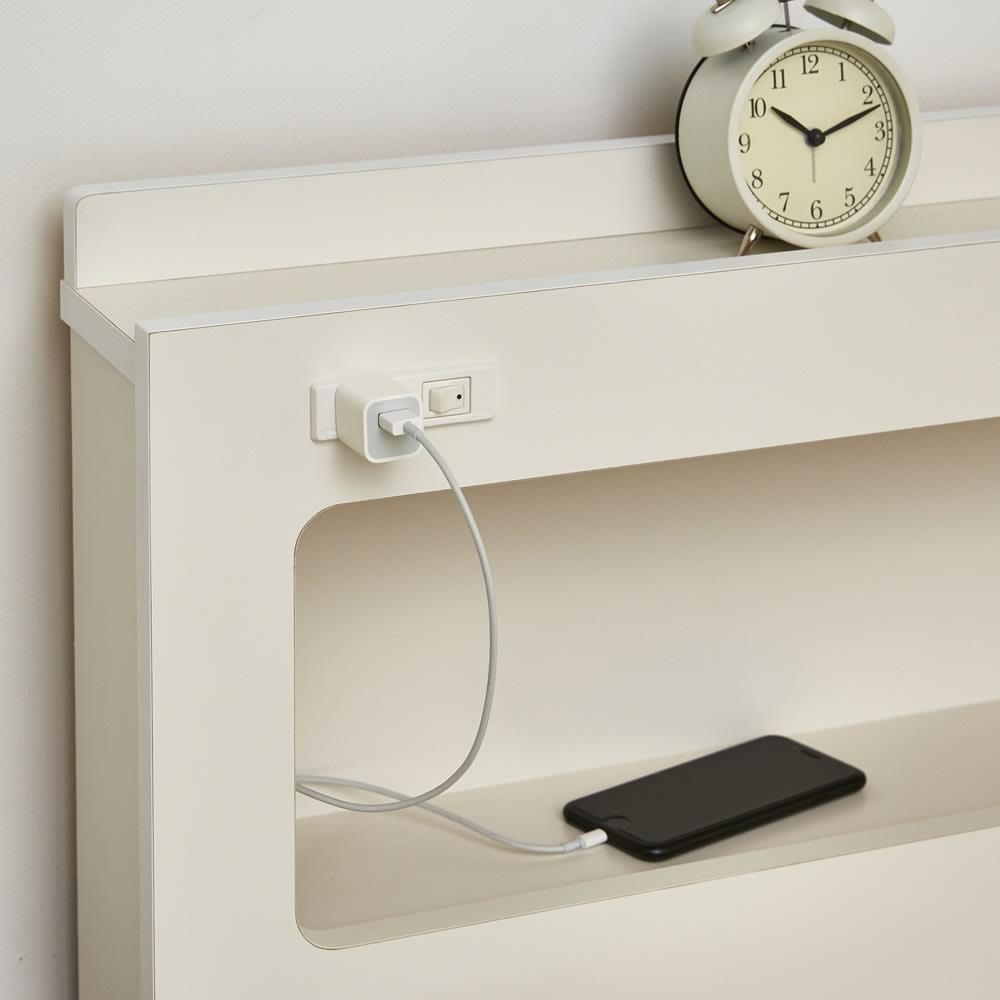 LED照明・棚付きすのこベッド フレームのみ 1口コンセント付き。寝ている間に携帯電話の充電は今や必須。目覚まし時計にもしているからこそ枕元にコンセントが必要ではないでしょうか。