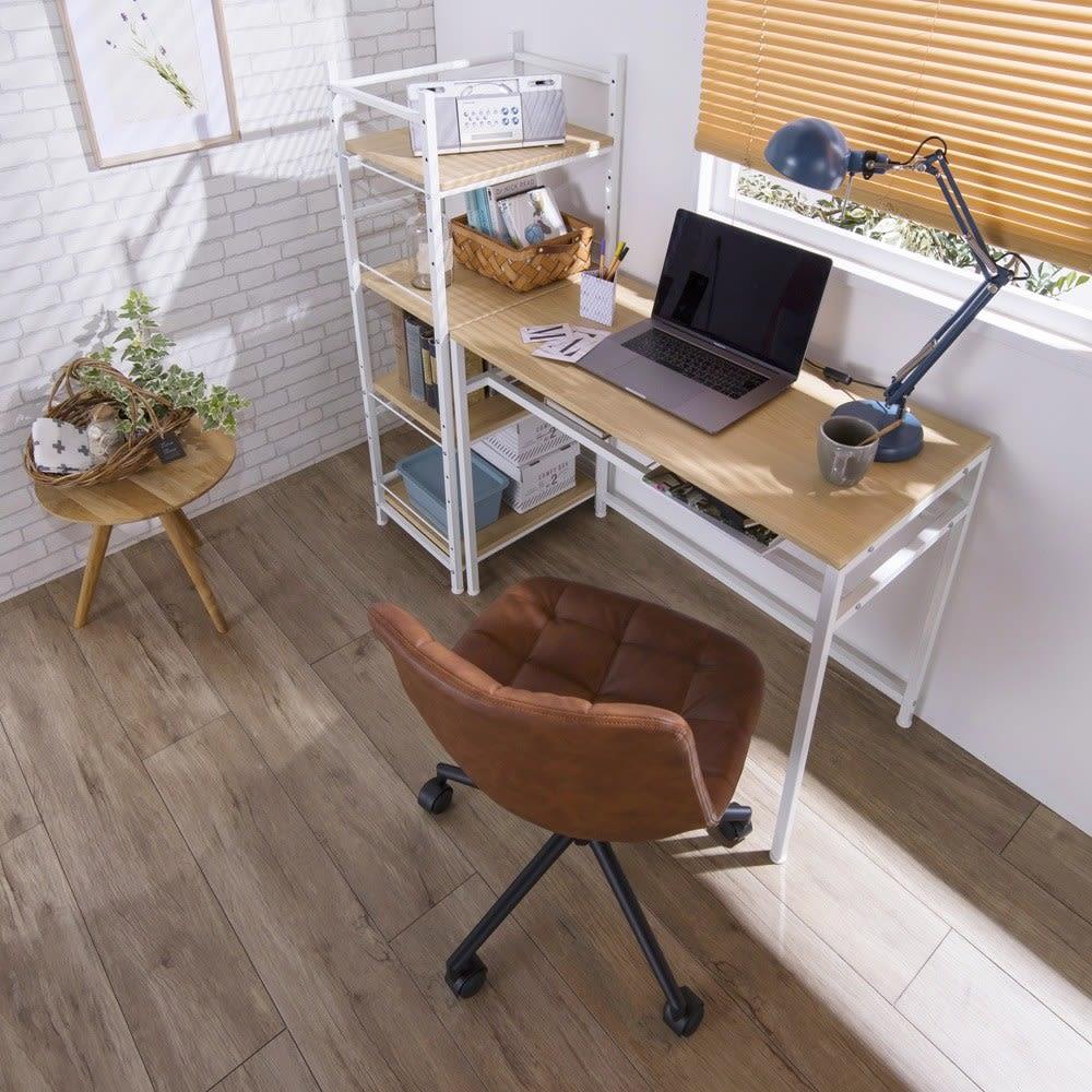 木目調ラック付きパソコンデスク(デスク幅91cm・ラック 幅50cmセット) ラックをデスク横に設置すれば、デスクサイドラック付きの作業机として。ラックが、デスクと壁の間の隙間収納本棚として使用できます。