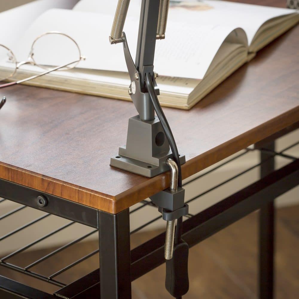 木目調ラック付きパソコンデスク(デスク幅91cm・ラック 幅50cmセット) デスクの天板にはクランプタイプのデスクライトが設置可能。