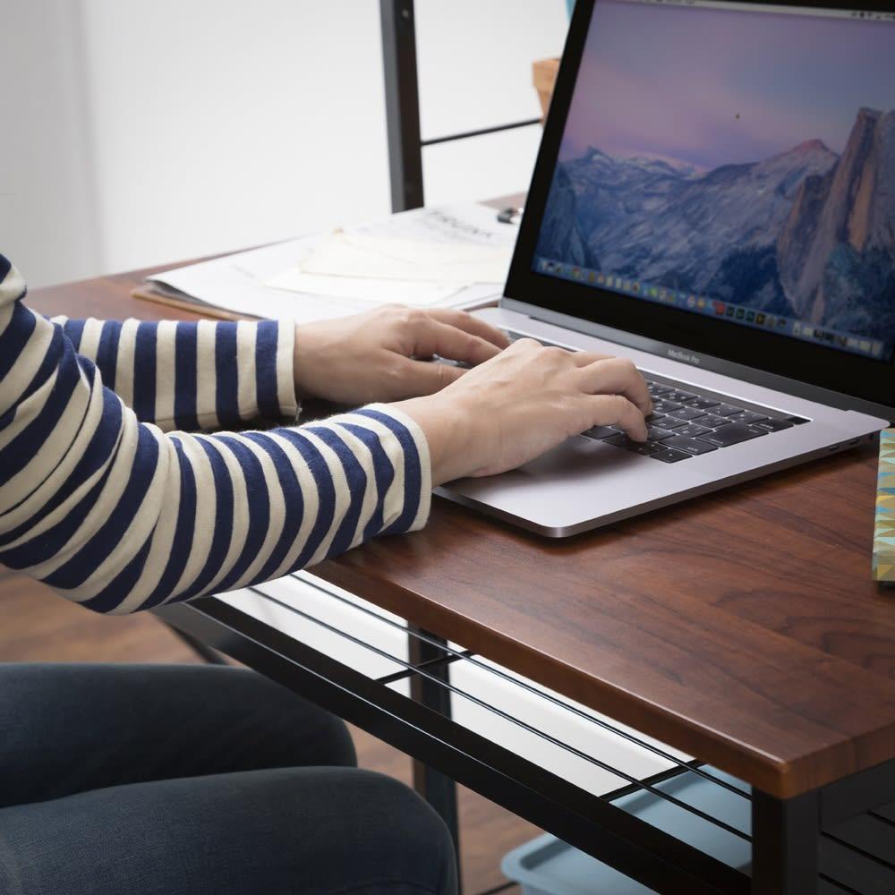 木目調ラック付きパソコンデスク(デスク幅91cm・ラック 幅50cmセット) デスク天板の角には丸みがあるので、長時間の作業時にも腕が痛くなりづらい仕様です。