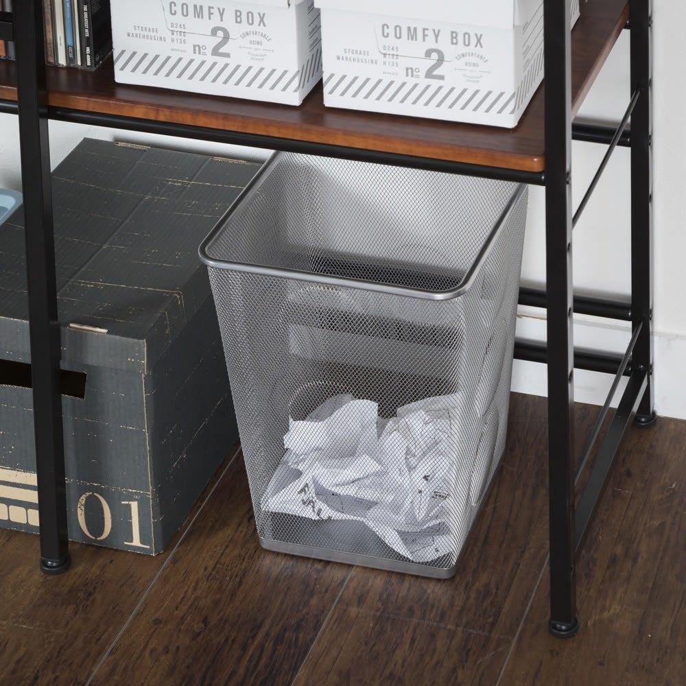 木目調ラック付きパソコンデスク(デスク幅91cm・ラック 幅50cmセット) 棚板の設定の仕方次第で、収納アイデアはいっぱい。最下段を高めに設定すればゴミ箱もおさまります。